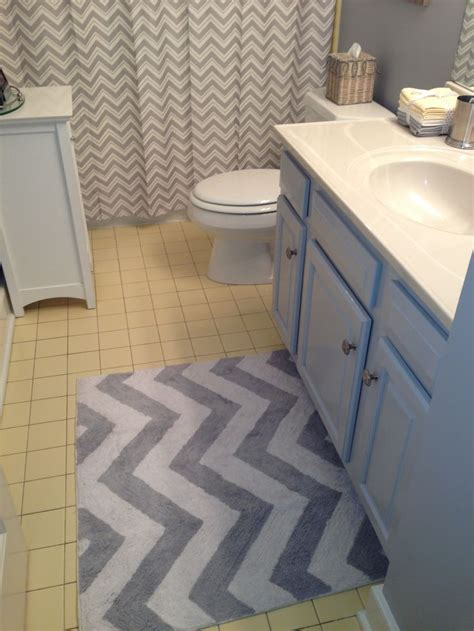 Chevron Bathroom Ideas by Grey Chevron Rug And Shower Curtain To Update Yellow Tile