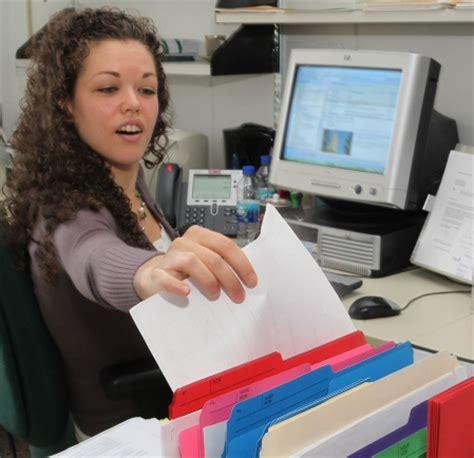 emploi de bureau employeur cherche désespérément secrétaire le devoir