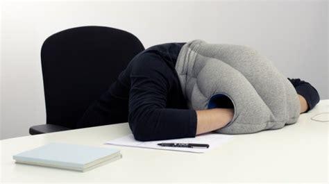 sieste bureau ostrich pillow le coussin cagoule pour faire la sieste