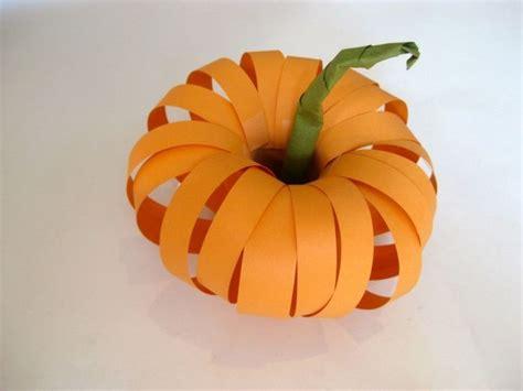 Basteln Herbstdeko Papier by Ein Herbstlicher 3d K 252 Rbis Aus Orangenen Papier Streifen