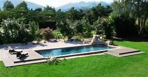 une pelouse autour de la piscine semer da gazon autour With amenager une terrasse exterieure 16 quelles plantes pour un massif de bord de piscine