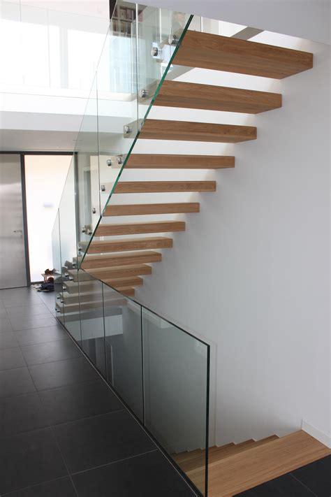 pose d un escalier autoporteur futura d un habillage de marche et d un garde corps en verre