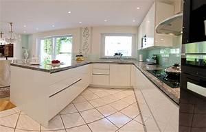 Granit arbeitsplatte mit weissen fronten moderne klassik for Küche grifflos