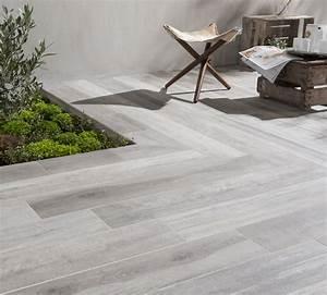Carrelage Terrasse Gris : du carrelage gris effet bois pour la terrasse leroy merlin ~ Nature-et-papiers.com Idées de Décoration