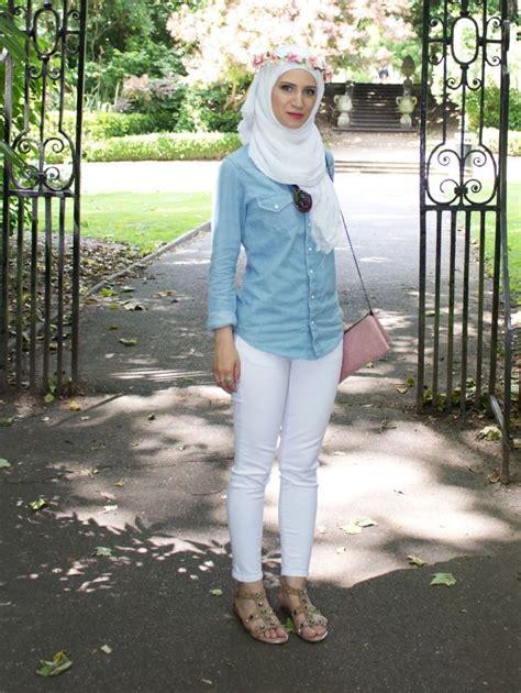 8 Gaya Hijab Anggun dengan Baju Berbahan Jeans atau Denim. Cobain Yuk