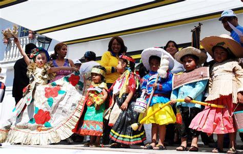 escolares desfilan en cajamarca con trajes elaborados con material reciclado noticias