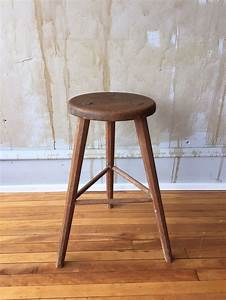 About A Stool : vintage italian wooden stool the round seat and three legs give this stool great character the ~ Buech-reservation.com Haus und Dekorationen