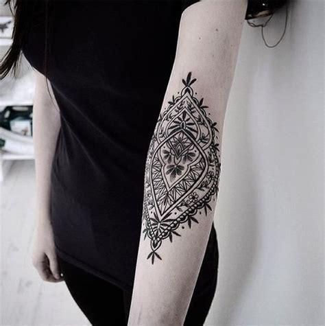 tatouage dentelle coude tatouage dentelle la tendance qui se brode sur la peau