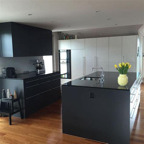 küche mit schwarzer arbeitsplatte weisse kueche schwarze arbeitsplatte ideen k 252 chen k 252 che minimalistische k 252 che und k 252 che schwarz