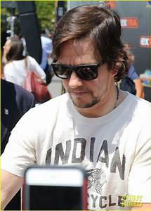 Full Sized Photo of mark wahlberg stops by extra 06 ...