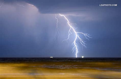 FOTO/ Pamje fantastike, rrufetë shndritin bregdetin e ...