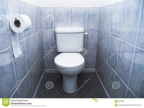 blue tile bathroom ideas toilette toiletten rolle und aqua blau fliesen