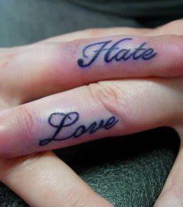Tatouage Sur Le Doigt : photo tatouage de femme love hate sur le doigt ~ Melissatoandfro.com Idées de Décoration