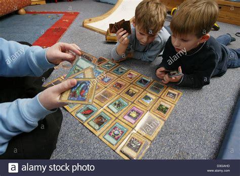 l und n bei len dpa konstantin l und leonard ein spiel yu gi oh in k 246 ln 13 januar 2004 yu gi oh ist