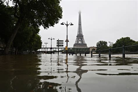 paris flood  seine floods paris pictures cbs news