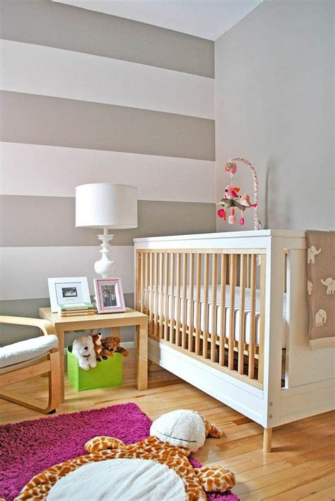 sol chambre bébé chambre de bébé garçon et fille décorée avec des rayures