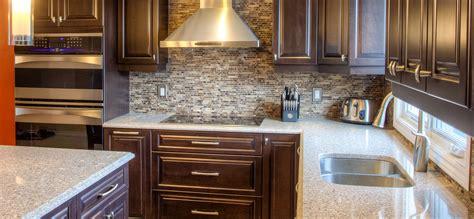 comptoir de cuisine cuisine classique foncée avec comptoirs de quartz