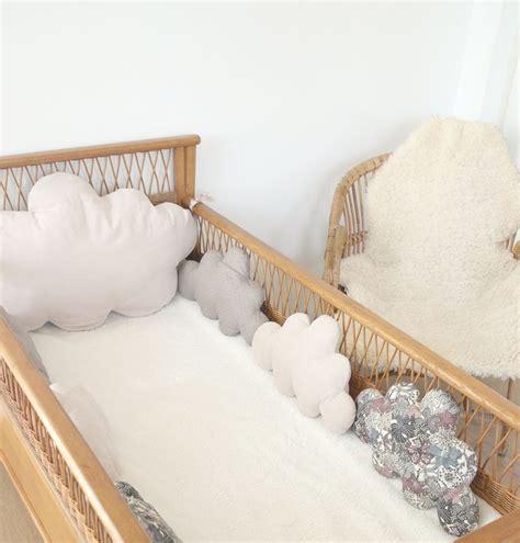 chambre de bébé vintage un air vintage chic pour ce tour de lit bébé mini pois