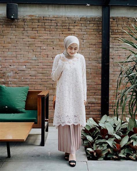 Mantan penyanyi cilik satu ini, semakin cantik setelah hijrah dan belajar memakai jilbab. 8 Inspirasi Dress & Kebaya Brokat dengan Hijab buat Kondangan