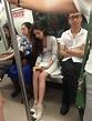 地鐵美女穿包臀短裙的優雅坐姿, 一路微笑讓人心生愛意! - 壹讀