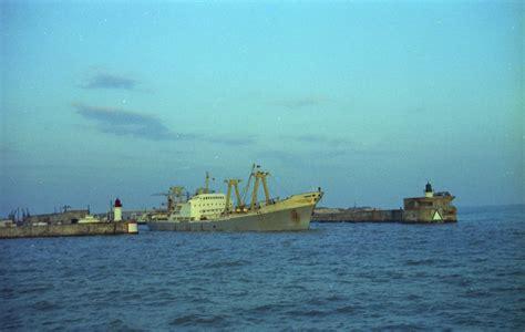 port de commerce file port de commerce de la rochelle pallice un navire cargo prenant la mer jpg