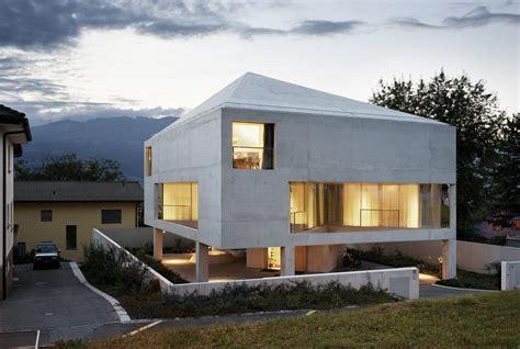 Haus Auf Pfeilern In Betonschalenkonstruktion