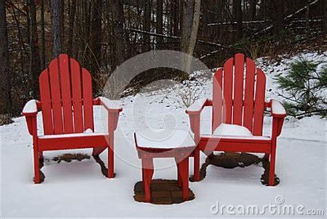 Stuehle Im Schnee by Rote Adirondack St 252 Hle Im Schnee Stockfoto Bild 50714492