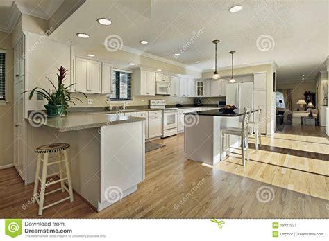 grande cuisine avec le dessus d 238 le de granit photographie stock libre de droits image 19321927