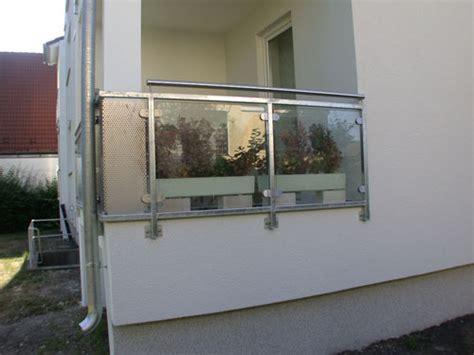 balkongeländer aus glas balkongel 228 nder aus verzinktem vierkantrohr und glas