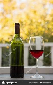 Weinglas Auf Flasche : weinglas und flasche auf tisch stockfoto wavebreakmedia 154959150 ~ Watch28wear.com Haus und Dekorationen