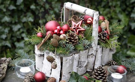 weihnachtsgestecke aus naturmaterialien weihnachtsdeko mit birkenrinde diy upcycling hacks birkenrinde nat 252 rliche