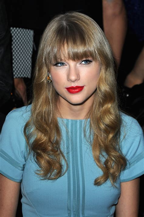 taylor swift long curls with bangs taylor swift long