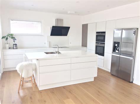 Küche Ganz In Weiß Mit Keramikarbeitsplatte, Spülinsel Und