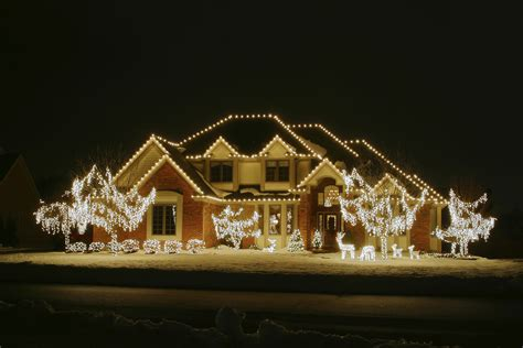 how to put christmas lights on house how to put christmas lights outside house mouthtoears com