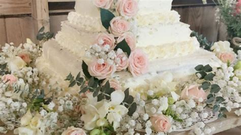 couple creates diy wedding cake from costco sheet cakes