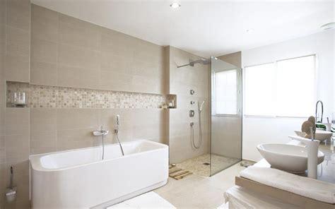 salle de bain avec vasques et baignoire blanches
