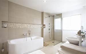 Salle de bain avec double vasques et baignoire blanches for Salle de bain design avec vasque de salle de bain en pierre naturelle