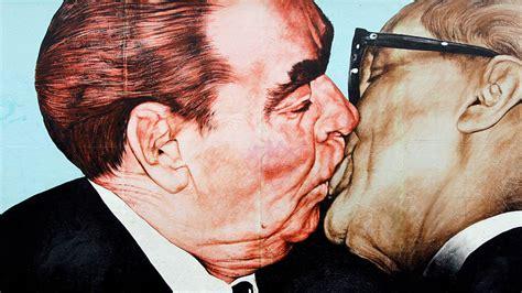 baci  brezhnev che fecero il giro del mondo russia