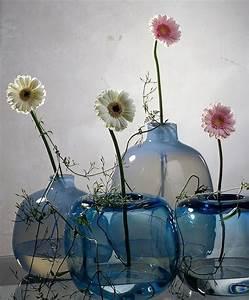 Deko Mit Flaschen : minimalistische deko mit blumen ein stiel gerbera in jeder vase fr hlingsdekoration ~ Frokenaadalensverden.com Haus und Dekorationen