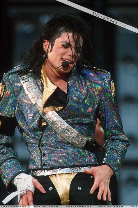 迈克尔杰克逊!跟黄家驹现场演唱会。谁最火爆?_百度知道