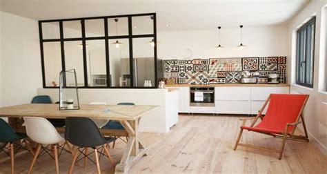 amenager cuisine ouverte sur salon cuisine ouverte délimitée par une verrière ou un îlot bar