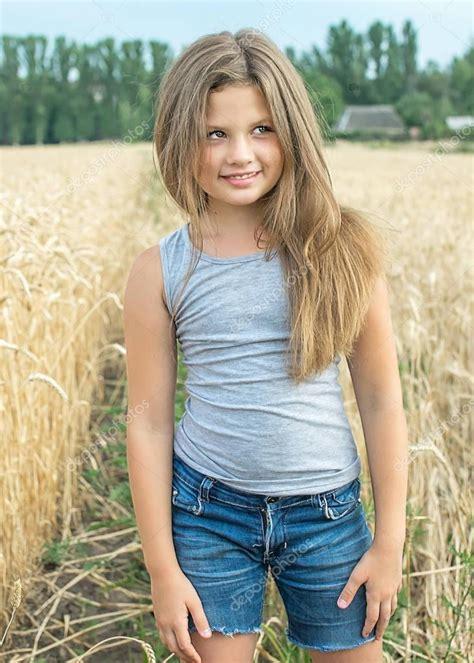 Sexy Mdchen Mit Langen Haaren Posiert In Weizenfeld An Einem Sommertag Stockfoto Tanya