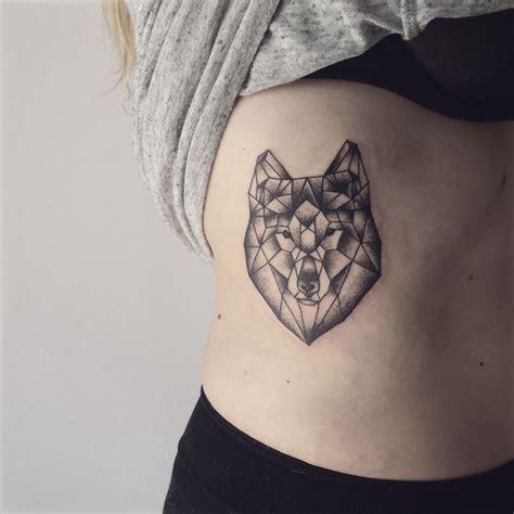 tatouage loup femme connotations   idees sur les