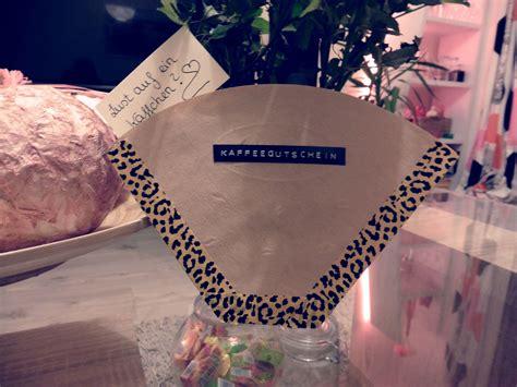 gutscheine schön verpacken anleitung wie packe ich ein geschenk ein weihnachtsgeschenke verpacken so gehts fashion5