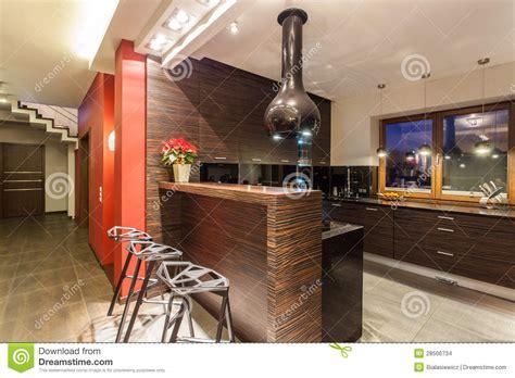 cuisine maison maison cuisine avec le compteur de bar photo stock