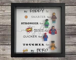 Kleines Geschenk Für Freund : umrahmt von superhelden lego geschenk f r papa mama bruder schwester frau mann oma opa freund ~ Watch28wear.com Haus und Dekorationen