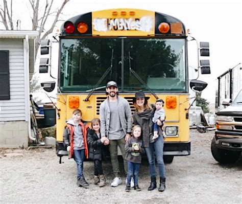 Ģimene nopirka norakstītu skolas autobusu un pārverta to ...