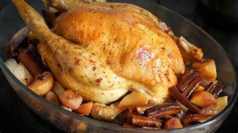 cuisiner une dinde pour noel dinde rôtie ou chapon rôti au four recette de la dinde