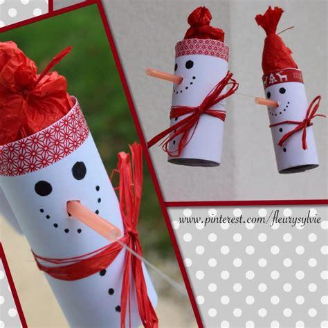 sang sur le papier toilette bonhomme de neige sur un fil avec rouleau papier wc et paille orange bricolage enfant noel