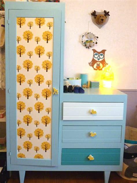 customiser une porte de chambre customiser ses meubles avec des chutes de papier peint